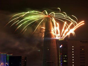 Tin tức Việt Nam - Pháo hoa rực sáng trên bầu trời HN, TPHCM tối 30.4