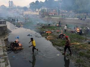 Động đất Nepal: 6.204 người chết, thủ đô nặng mùi tử khí