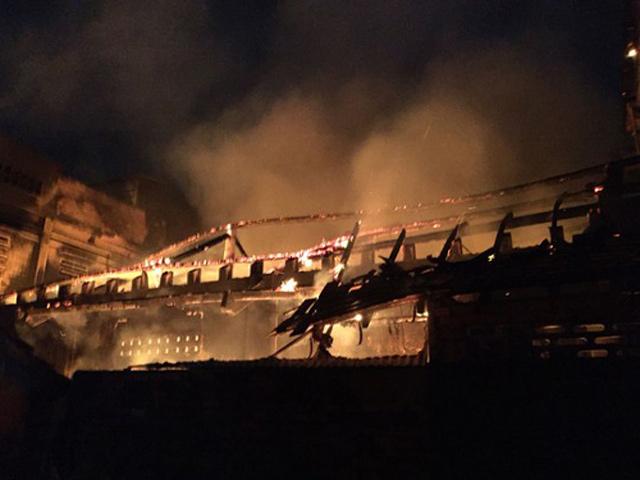 Hỏa hoạn trong đêm, hàng trăm công an chữa cháy