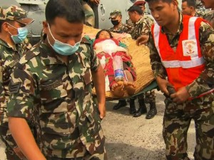 Tin tức trong ngày - Động đất Nepal: Bác sĩ dùng nắm đấm cứu người
