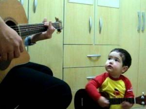 """8X + 9X - Clip: Bé 2 tuổi """"gảy đàn"""" và hát cùng bố cực chất"""