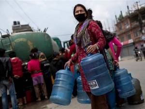 Nepal: Dân đói khát, núi hàng cứu trợ vẫn  ách  tại sân bay