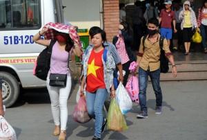Tin tức Việt Nam - Nắng gắt, người dân vật vã trở lại thành phố sau kì nghỉ dài