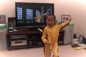 8X + 9X - Clip cậu bé 5 tuổi múa côn giống hệt Lý Tiểu Long