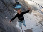 Đùa với tử thần: Đi trên dây cáp treo cao 150m