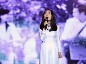 Sao ngoại-sao nội - Đoan Trang diện áo dài trắng hát về tuổi học trò