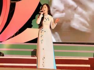 """Ca nhạc - MTV - Hương Tràm """"run"""" khi lần đầu hát nhạc đỏ"""