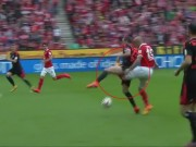 Video bóng đá hot - Gãy gập chân vì... sút vào háng đối thủ