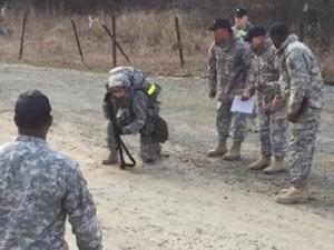 Thế giới - Video: Hành quân 19 km, nữ đại úy Mỹ quyết lết về đích