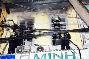 """Tin tức trong ngày - Lao vào """"biển lửa"""" cứu con 2 tuổi, cha bị bỏng nặng"""