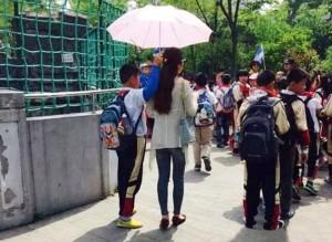 """Bạn trẻ - Cuộc sống - Bức xúc cô giáo """"bắt"""" học sinh tiểu học cầm ô che nắng"""