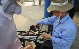 Thị trường - Tiêu dùng - Giá xăng tăng gần 2.000 đồng/lít: Nỗi khổ đổ lên đầu nông dân