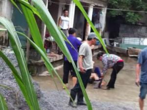 Cảnh giác - Một phụ nữ tố bị cả nhà hàng xóm lột quần hành hung