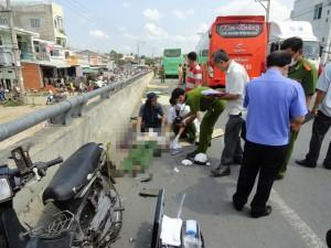 Tin tức Việt Nam - 2 xe khách đâm loạn xạ trên cầu, 4 người chết