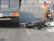 Video An ninh - Lấn làn ô tô, nam thanh niên bị xe tải cán tử vong
