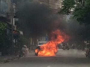 Tin tức trong ngày - HN: Ô tô cháy ngùn ngụt, tài xế đạp cửa thoát thân