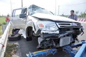 Tin tức Việt Nam - Container tông xe 7 chỗ lộn nhiều vòng trên cao tốc