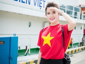 Huyền My giản dị diện áo cờ đỏ thăm tàu cảnh sát biển