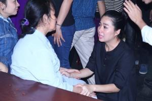 Sao Việt nghẹn ngào bên gia đình Duy Nhân trong đêm
