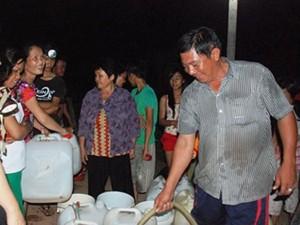 Tin tức Việt Nam - Người công an mỗi ngày chở 1.000 lít nước giúp dân
