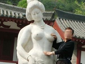 """TQ: Phản cảm du khách """"sàm sỡ"""" tượng Dương Quý Phi"""