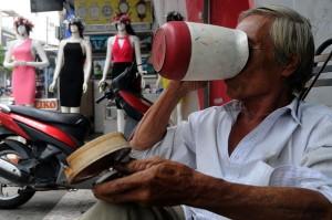 Tin tức trong ngày - Nắng nóng khủng khiếp, người Sài Gòn đủ kiểu giải nhiệt
