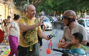 Tin tức trong ngày - Trai Tây bán đồ chơi trẻ em ở vỉa hè Hà Nội