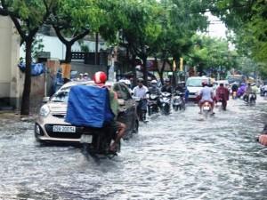 Tin tức trong ngày - Mưa ngập đường phố, người Sài Gòn vẫn thấy… sướng