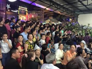 Đám đông hiếu kỳ tụ tập trong đám tang Duy Nhân