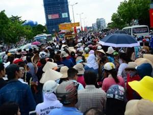 Người dân đứng chật kín đường trong lễ tang Duy Nhân