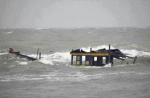 Tin tức Việt Nam - 3 tàu đánh cá bị lốc đánh chìm, 2 người chết và mất tích