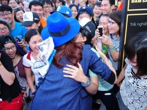 """Phim - Thanh Hằng được fan nữ ôm hôn giữa """"biển người"""""""