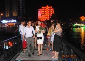 Bạn trẻ - Cuộc sống - Màn tỏ tình với 99 bông hồng tại cầu tàu tình yêu