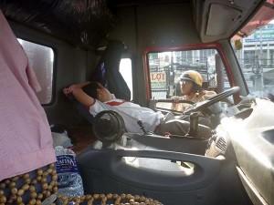 Tin tức trong ngày - Container đỗ giữa đường, tài xế ngả ghế nằm ngủ