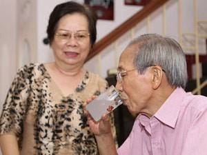 Vợ nhạc sỹ Nguyễn Ánh 9 lặng lẽ chăm sóc chồng