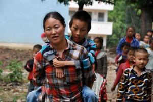 """Bạn trẻ - Cuộc sống - Người mẹ làm """"đôi chân"""" đưa con đến trường"""
