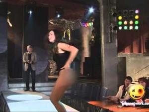 Đồ lót - đồ bơi - Người mẫu muốn độn thổ vì bung váy khi đang diễn thử