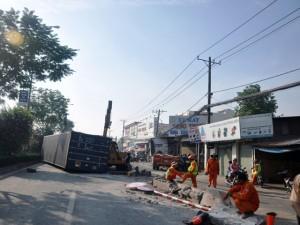 """Tai nạn giao thông - Container """"điên"""" cày nát dải phân cách, húc gãy cột điện"""