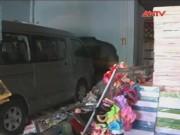 Camera hành trình - Ôtô tông sập nhà sách, bé trai 11 tuổi nhập viện