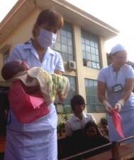 Tin tức trong ngày - Sản phụ sinh con trên xe công nông