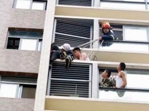 Bạn trẻ - Cuộc sống - Giải cứu cậu bé leo ra cửa sổ tầng 10 để dọa cha mẹ