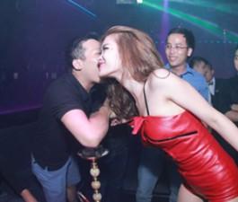Ca nhạc - MTV - Đông Nhi mặc sexy, nhận nụ hôn từ fan nam