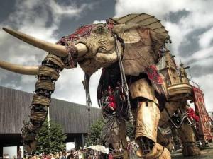 """Phi thường - kỳ quặc - Video: Chú voi khổng lồ """"diễu hành"""" trên đường phố Pháp"""