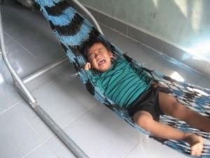 Tin tức trong ngày - Ô tô đâm loạn xạ trên cầu: Bé 4 tuổi vẫn hoảng loạn