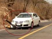 Clip Đặc Sắc - Kinh hoàng: Trượt xuống dốc ngã lao đầu vào ôtô