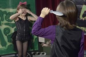 8X + 9X - Em gái làm bia tập phi dao cho anh trai mỗi ngày