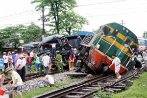 Tin tức Việt Nam - Vượt đường sắt, xe tải bị đâm nát đầu