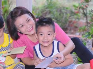 Ca nhạc - MTV - Con trai Hải Yến Idol đáng yêu đi từ thiện cùng mẹ
