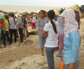 Tin tức Việt Nam - Đi tắm biển, 3 học sinh lớp 5 bị sóng cuốn trôi