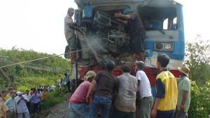 Tin tức trong ngày - Tông xe tải, lái tàu hỏa gãy 2 chân, kẹt trong ghế lái